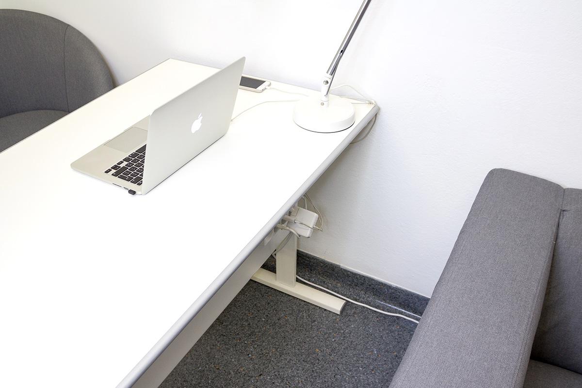 Organizacja kabli przy biurku