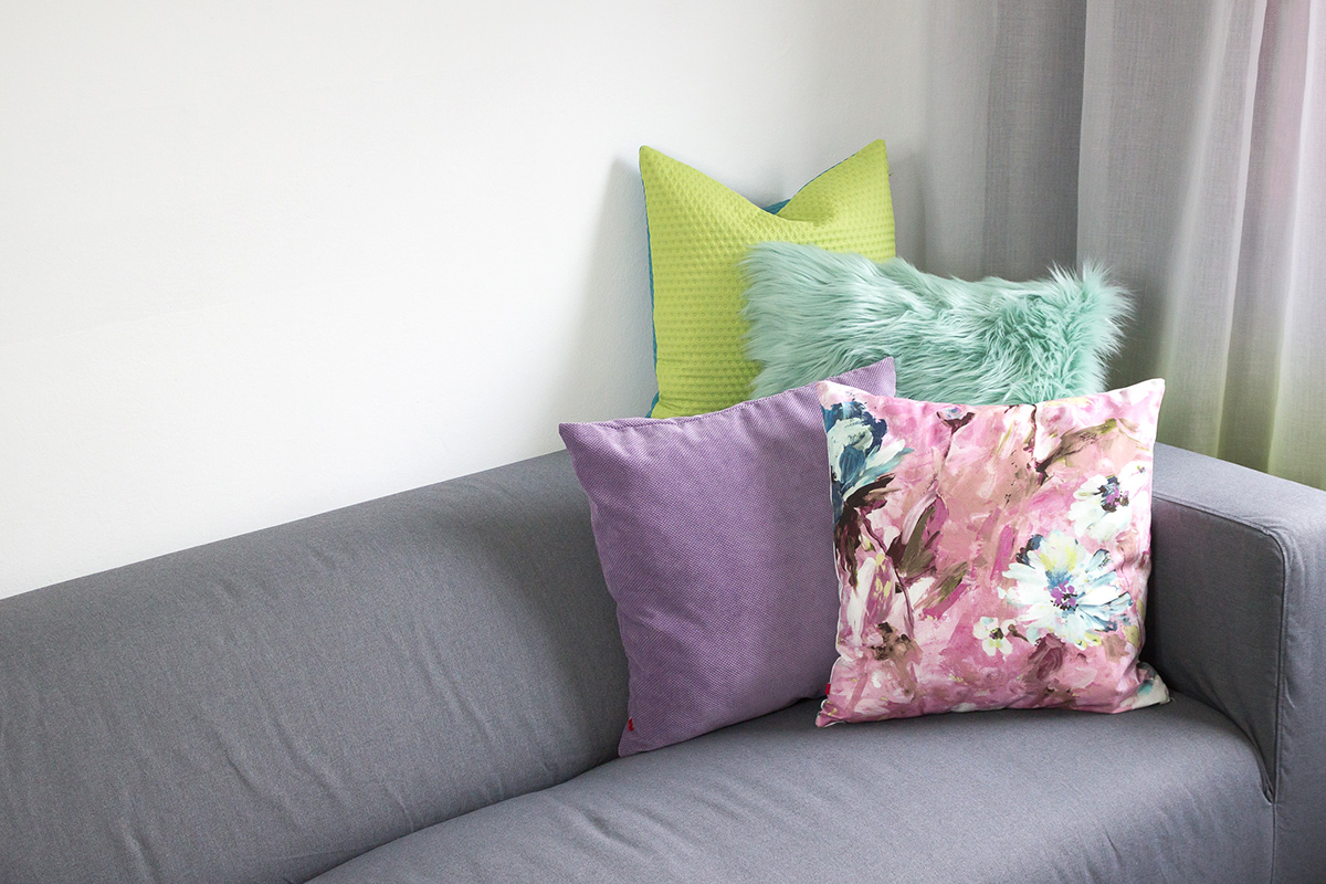 Wiosenne poduszki na kanapie